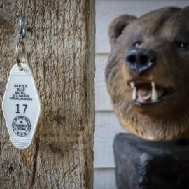 PORTE CLEF GRIZZLY BEAR MOTEL, Alaska made in USA